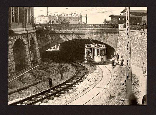 La ligne du tram en chantier près de la gare