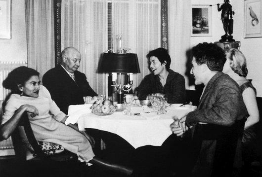 Suzanne Delacoste dînant avec des amis lausannois