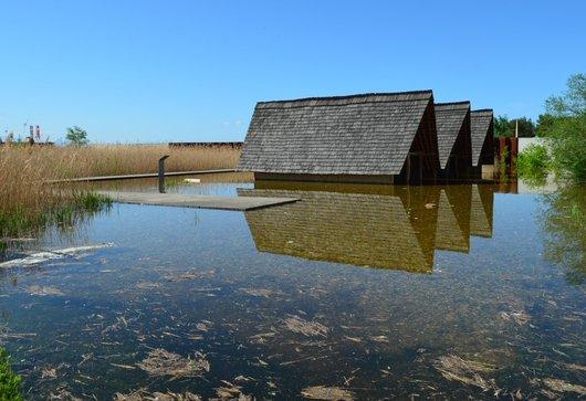 Maisons lacustres du Laténium sous l'eau