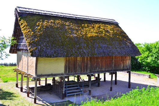 Maison lacustre dans le jardin du Musée du Laténium