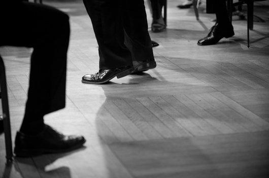 Les pieds du chef d'orchestre qui dirige