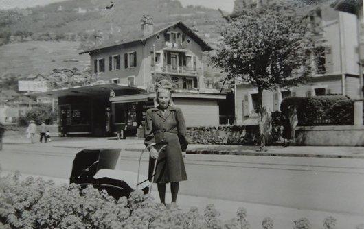 Devant la maison,Bergère, 1945