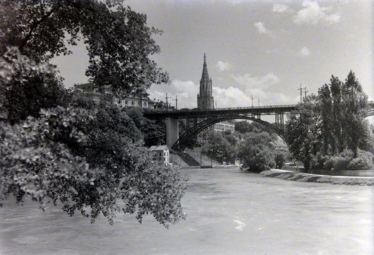 Pont de Kirchenfeldbrücke sur l'Aar et la cathédrale de Berne