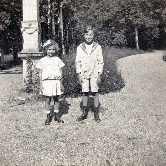 Ma tante et mon père dans le parc de La Becque