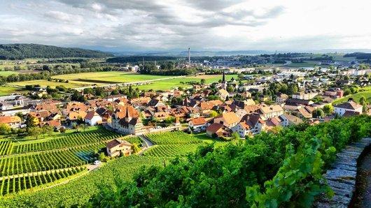 Une vue du Village de Cressier (Ne)