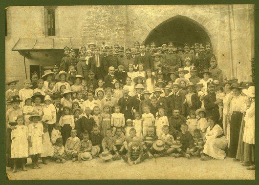 Grande photo de familles au porte de Gruyère