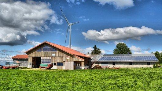 Solaire et éolien dans une ferme du Mt. Crosin
