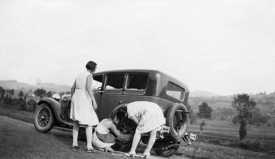 La femme des années trente maîtrise la mécanique