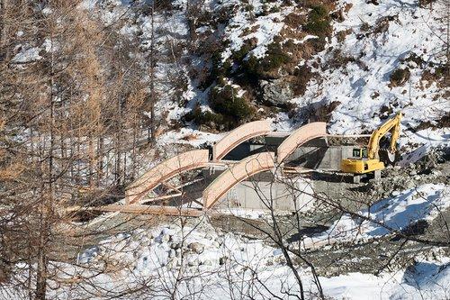 Pont en construction en Anniviers