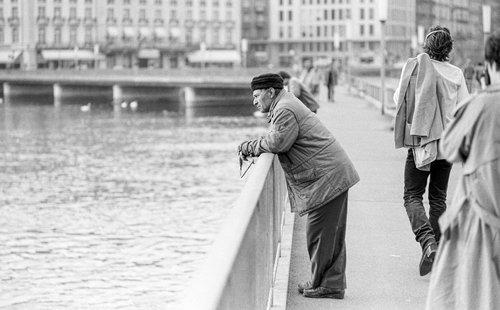 Genève, un pêcheur sur le Pont des Bergues