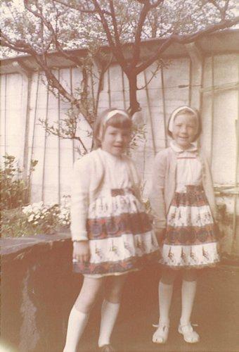 Mes 2 sœurs avec jupes faites par notre Maman