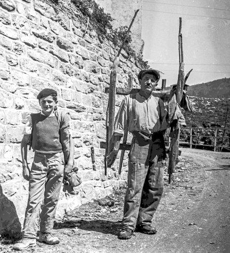 Père et fils partant aux champs