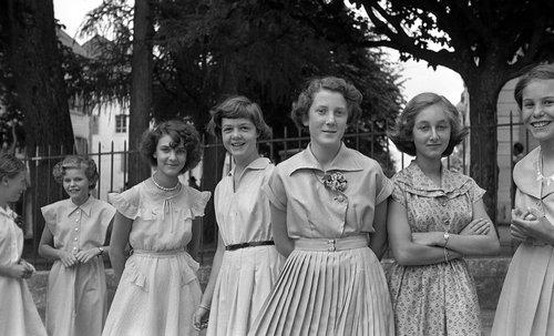 Jeunes filles à La Chaux-de-Fonds, 1953