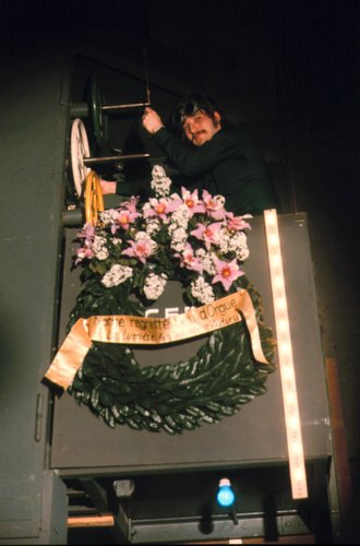 Enterrement puis démontage du 1er pupitre lumière du TML (Théâtre Municipale Lausanne) maintenant Opéra de Lausanne