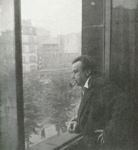Arthur HONEGGER à la fenêtre de son appartement Boulevard de Vichy