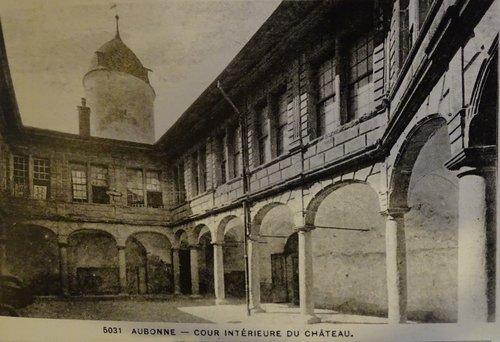 Aubonne, la cour du château