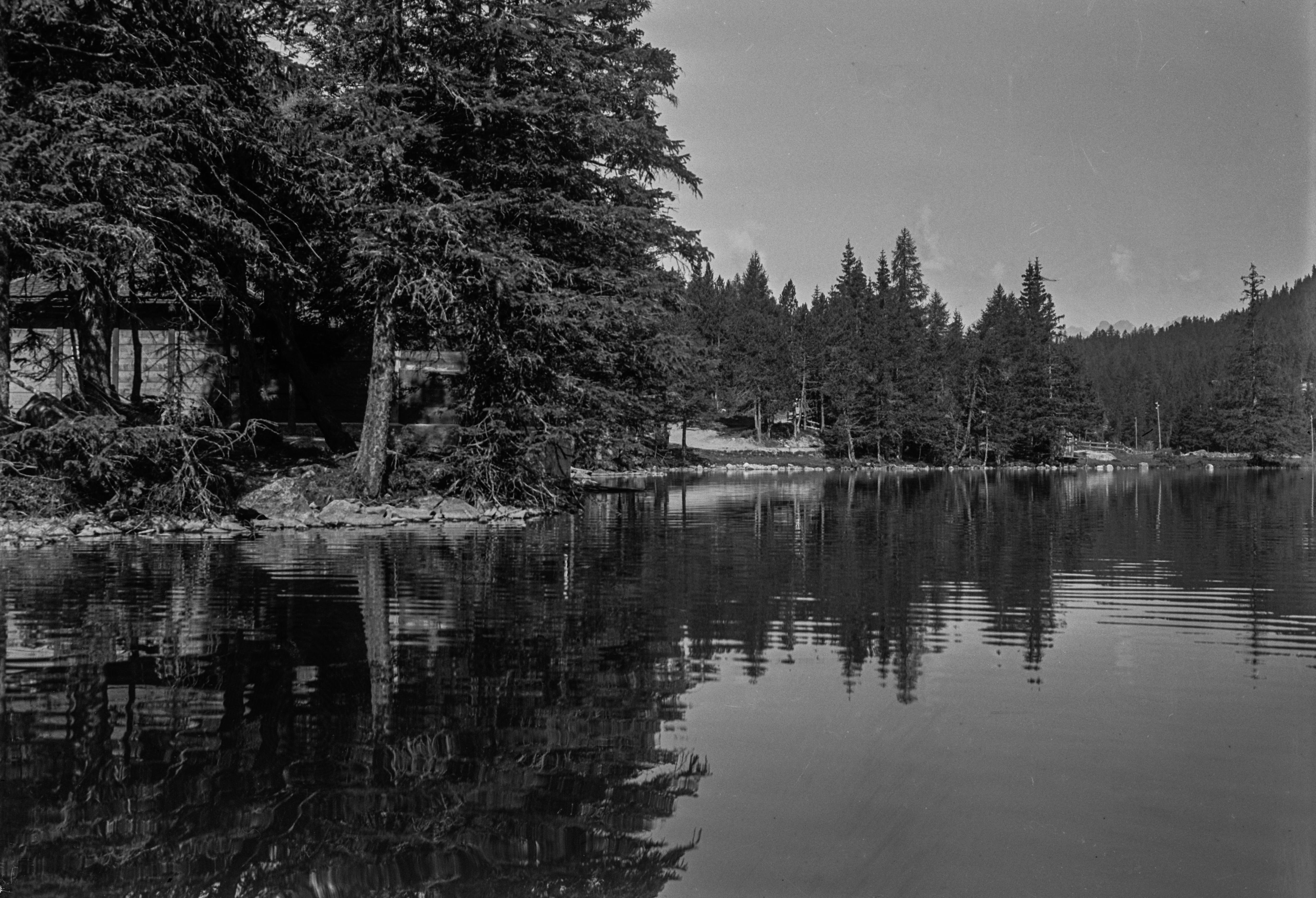 Bord du Lac de Champex près de la Chapelle des Arollesglise d