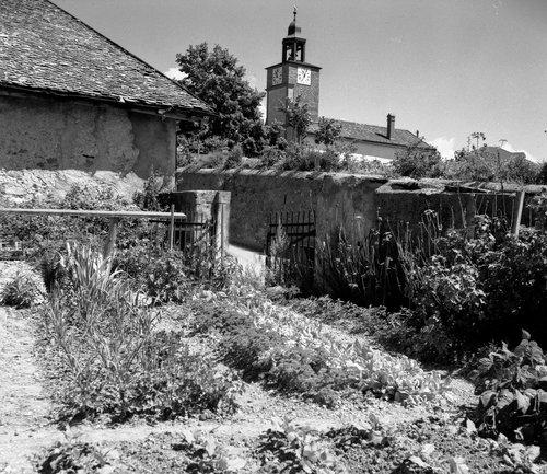 Jardin fleuri, le clocher de l'Eglise, à Bremblens