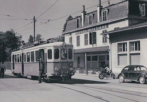 Moudon le tram devant l'hôtel de la gare
