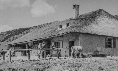 Alpage du Carroz beau toit en tavillons et lucarne à 2 ouvertures