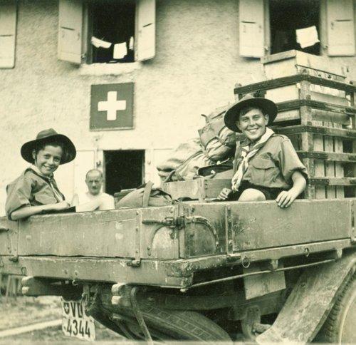 Ravitaillement pour Les scouts en camion