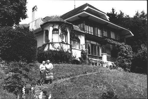 Gertrude et Paul Hindemith dans le jardin de leur villa La Chance à Blonay