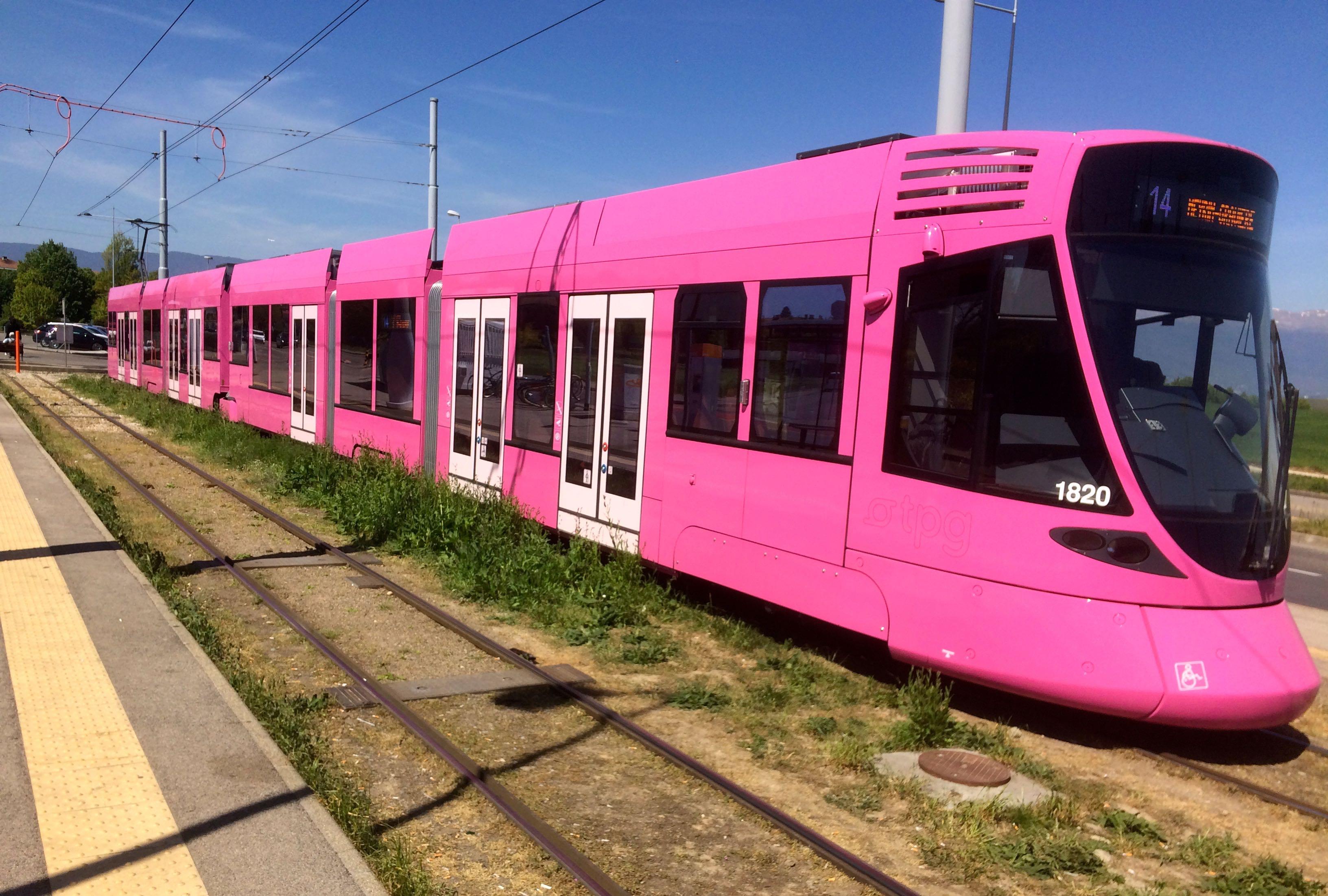 Genève, un tram rose en ville