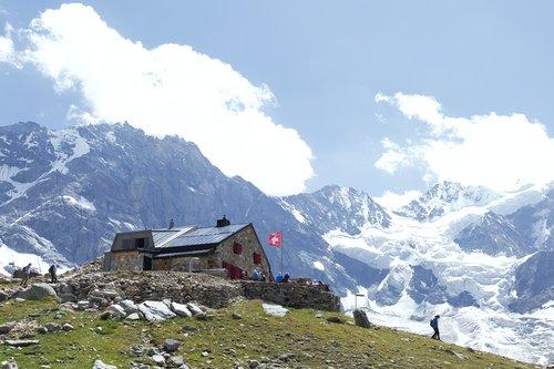 La cabane d'Arpitettaz et le glacier de Moming en 2018