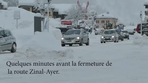 Peu avant la fermeture de la route pour danger d'avalanches