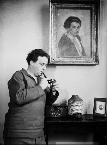 Arthur HONEGGER sous son portrait, 1931