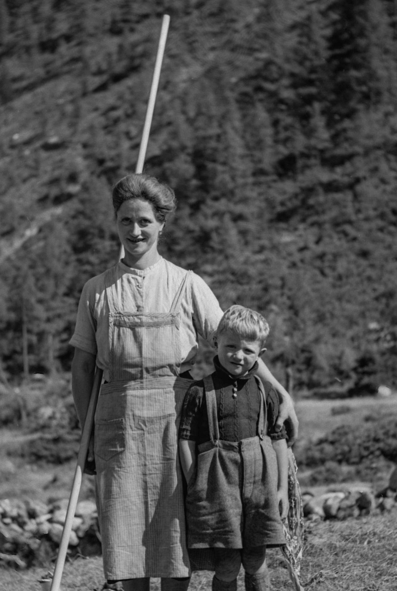 Léonie Pellouchoud-Volluz avec un de ses fils au Val d'Arpette