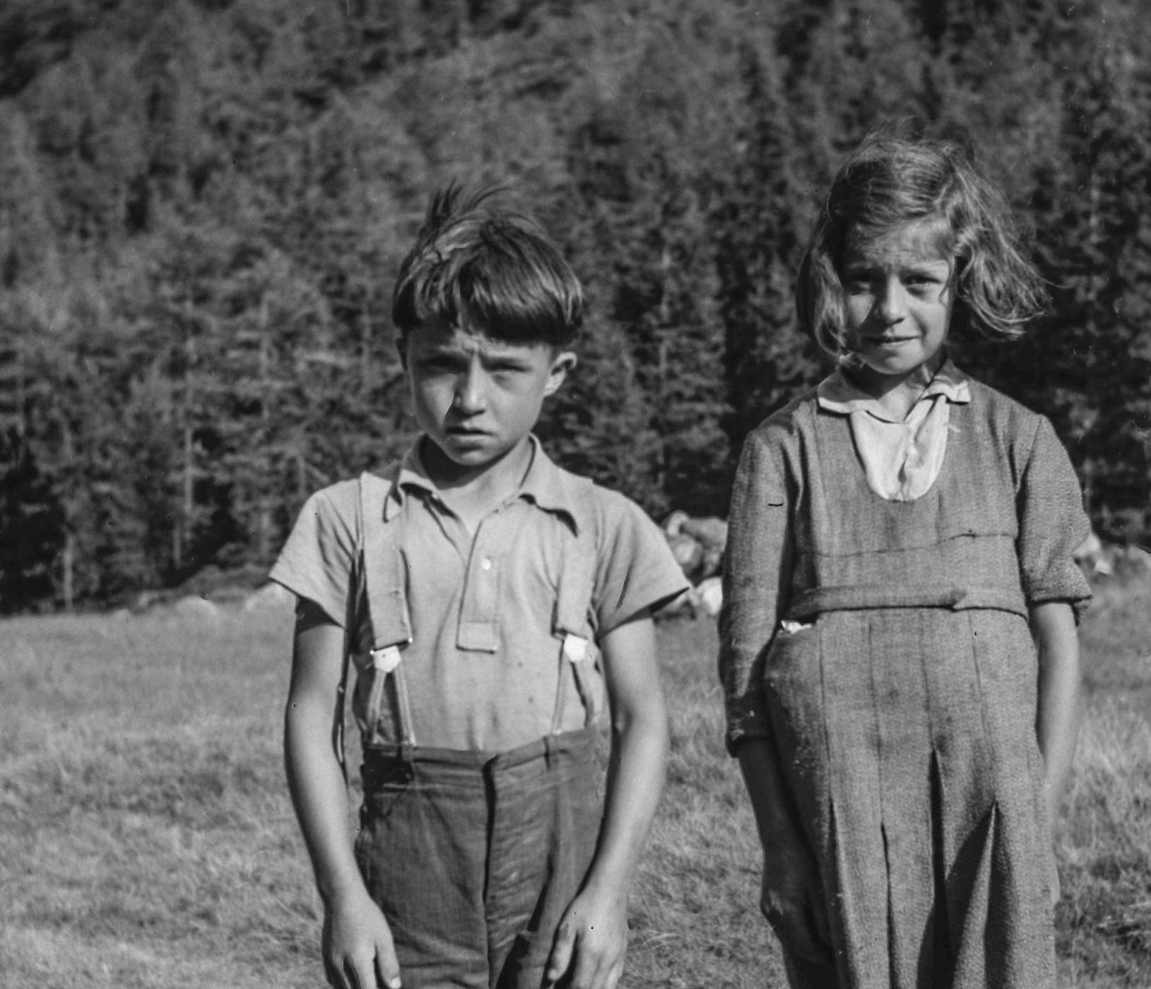 Beau portrait de 2 enfants de la famille Pellouchoud au Val  d'Arpette