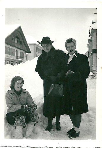 Elégantes dans la neige. Cernier, 1937