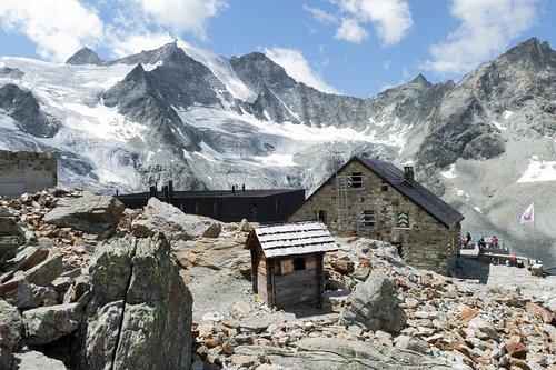 Chemin, cabane et glacier de Moiry