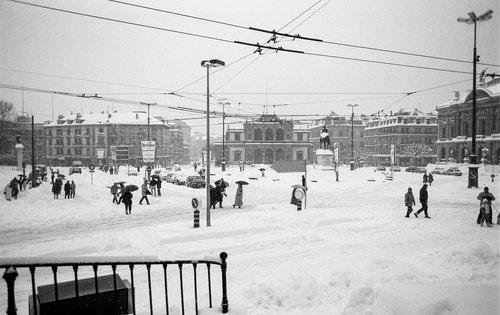 Genève, la neige du siècle sur la Place de Neuve