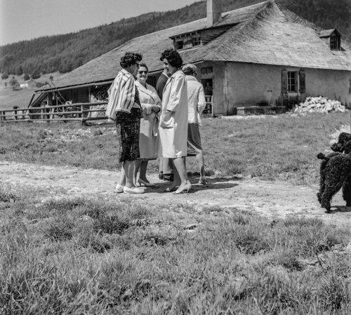 Alpage du Carroz avec son magnifique toit de bardeaux et ses lucarnes, les dames sont de la partie, la secrétaire communale Arlette Kisling en sandalette...