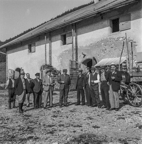 Les représentants de la Valle de Joux à Pré Rodet avec l'armailli et  l'ingénieur forestier