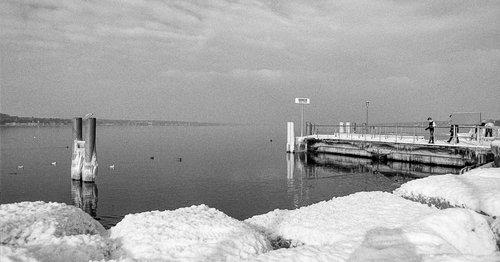 Genève, le débarcadère des Eaux-Vives gelé