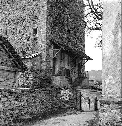 portail entr'ouvert au Château de Venthône