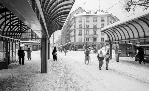 Genève, il neige sur le Rond-point de Plainpalais