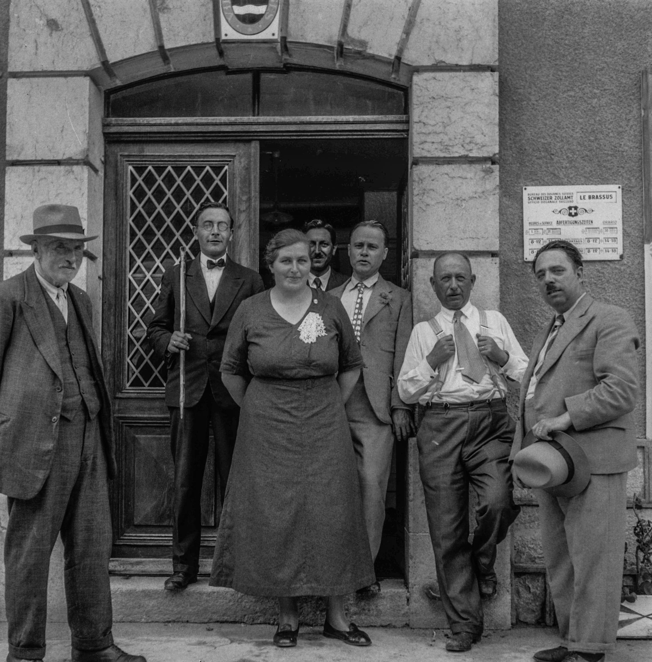 Fin de journée  avec apéro à la douane suisse Brassus-Carroz, au-dessus de la porte les armoiries de la commune de Morges
