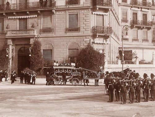 Le cercueil de l'impératrice d'Autriche quittant Beau-Rivage à Genève