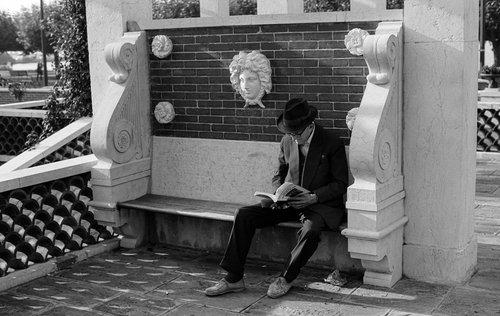 Genève, un lecteur au Parc de La Grange