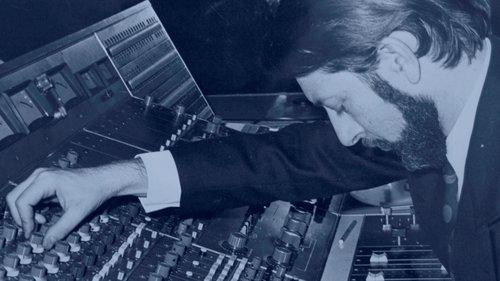 Alain MILHAUD au pupitre de mixage