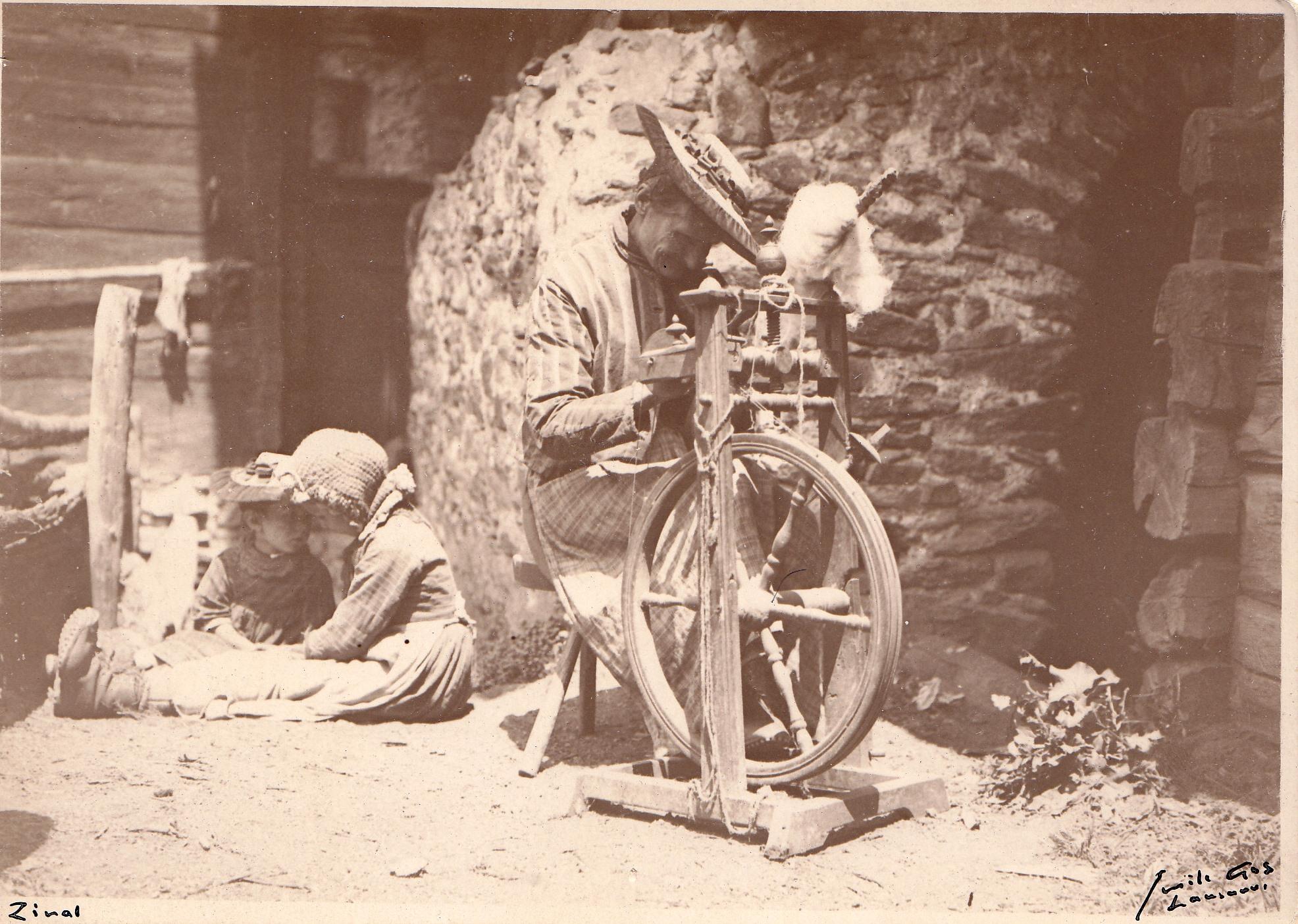 Penchée sur son rouet...