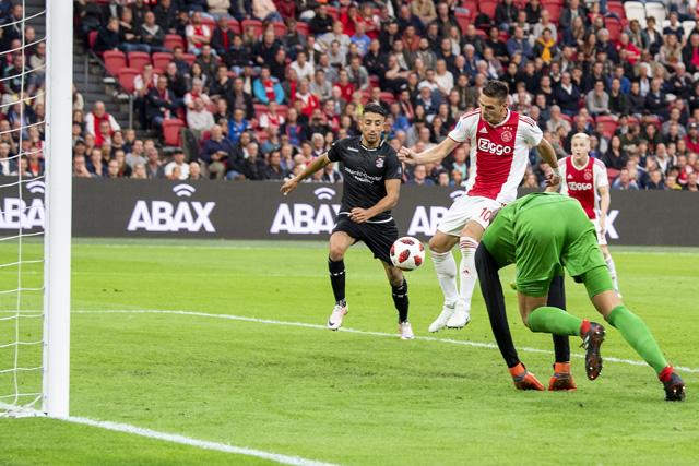 Ziyech rent om de hele verdediging heen en Tadic maakt het af!