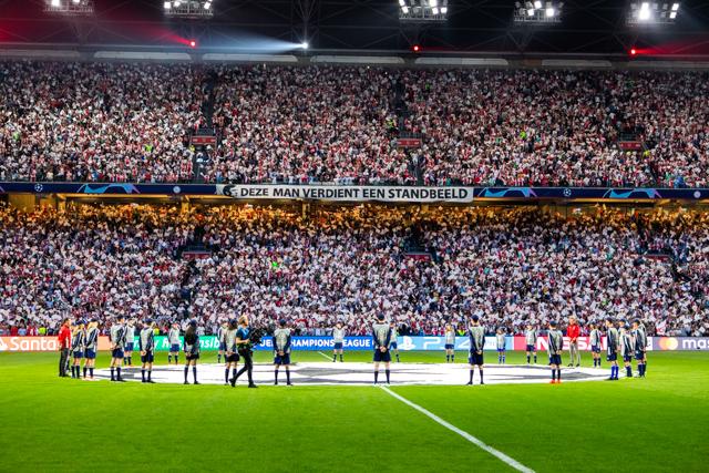 Bij Ajax Jonge Schare kun je toffe prijzen winnen, vraag maar aan het groepje dat mag wapperen!