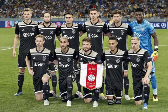 De elftalfoto's van Ajax zijn echt puik, maar wat doet Mazraoui hier?!