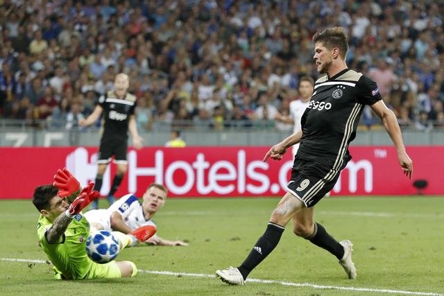Dit is een topredding, maar Huntelaar krijgt zat kansen om te scoren...