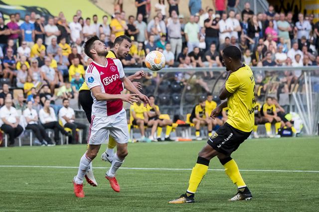 Huntelaar krijgt een gooi... En Ajax in tweede instantie een penalty!